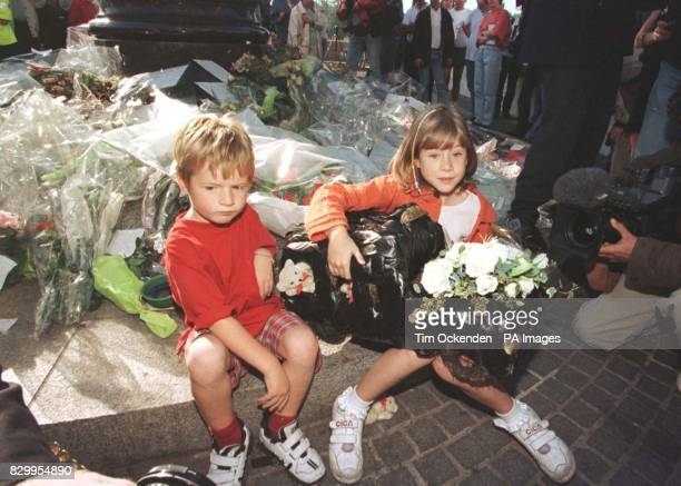 William and Amelia Sands from Great Ormond Street Hospital with wreath in the shape of a London Taxi today joined over 100 other children from Great...