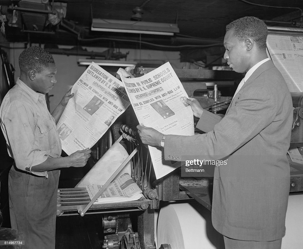 Journalists Reading Newspapers : News Photo