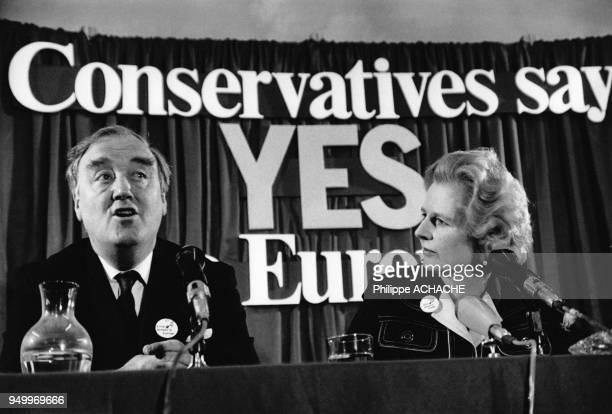 """William Withelaw et Margaret Thatcher participent à un meeting du parti conservateur britannique qui fait campagne pour le """"oui"""" au référendum sur le..."""