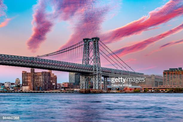 williamsburg bridge at sunset, new york - williamsburg brooklyn fotografías e imágenes de stock