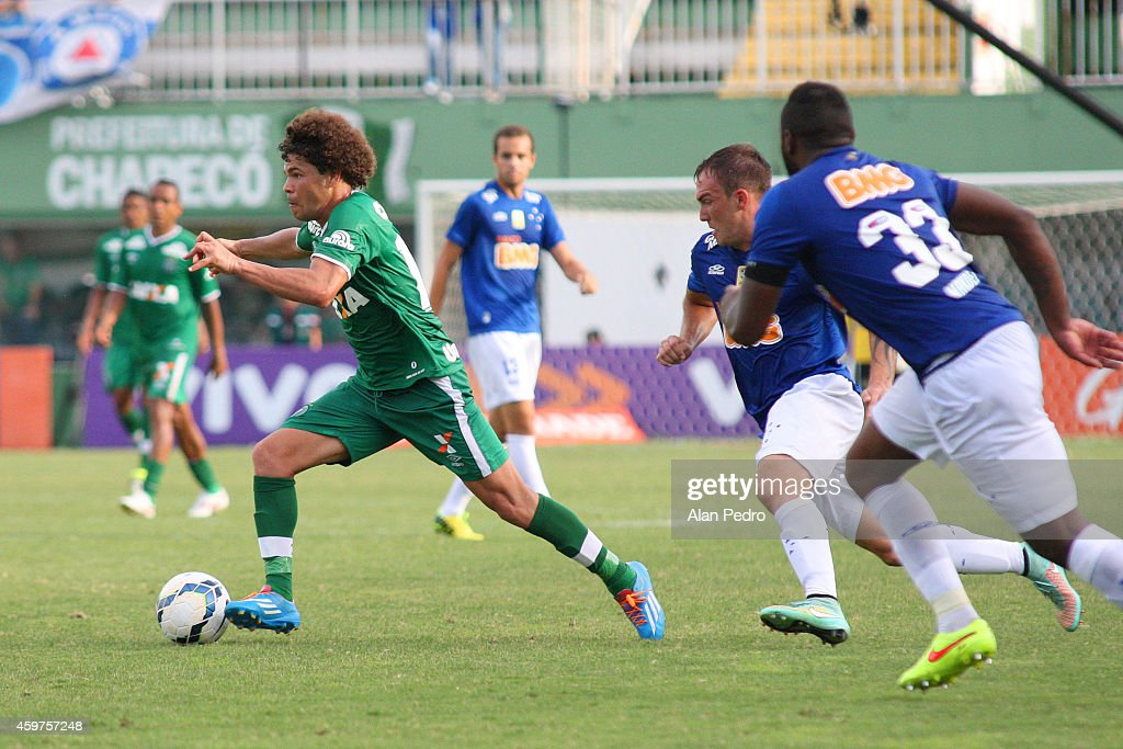 Willian Farias #15 (L) of Cruzeiro moves the ball against Camilo #10 of Chapecoense during a match between Chapecoense and Cruzeiro for the Brazilian Series A 2014 at Arena Conda Stadium on November 30, 2014 in Chapeco, Brazil.