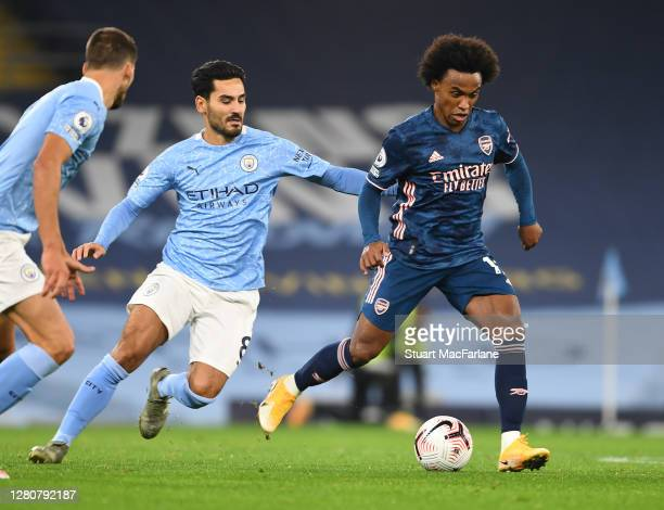 Willian of Arsenal breaks past Ilkay Gündoğan of Man City during the Premier League match between Manchester City and Arsenal at Etihad Stadium on...