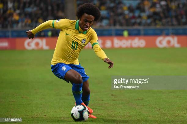 Willian of Brasil dribbles the ball during the Copa America Brazil 2019 quarterfinal match between Brazil and Paraguay at Arena do Gremio on June 27,...
