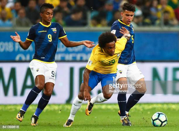 Willian of Brazil struggles for the ball with Fidel Martinez and Fernando Gaibor of Ecuador during a match between Brazil and Ecuador as part of 2018...