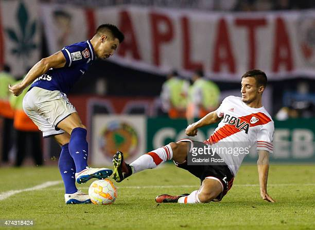 Willian of Cruzeiro fights for the ball with Emanuel Mammana of River Plate during a first leg match between River Plate and Cruzeiro as part of...