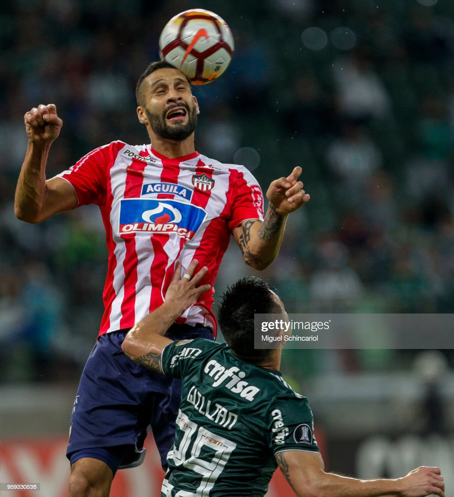 Willian (R) of Palmeiras of Brazil vies for the ball with Jonathan Avila of Junior Barranquilla of Colombia during the match for the Copa CONMEBOL Libertadores 2018 at Allianz Parque Stadium on May 16, 2018 in Sao Paulo, Brazil.