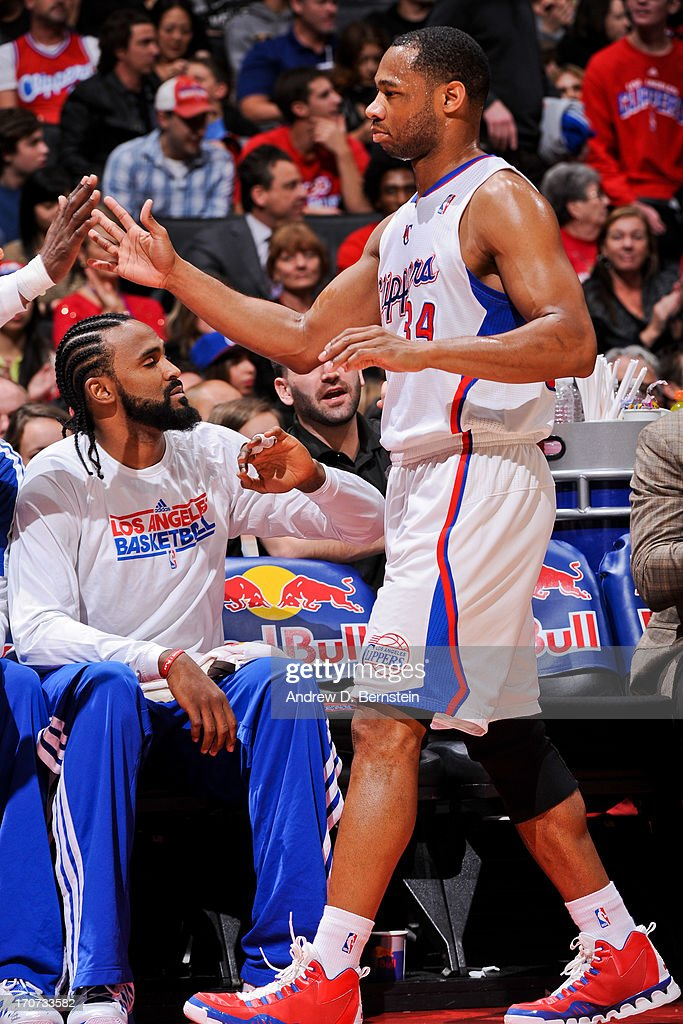 Willie Green #34 of the Los Angeles Clippers greets teammates on his way to the bench while playing the Sacramento Kings at Staples Center on December 21, 2012 in Los Angeles, California.