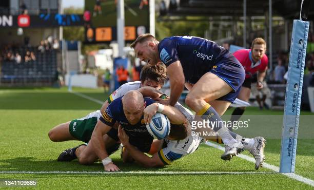 Willie Heinz of Worcester Warriors dives over to score his side's second try during the Gallagher Premiership Rugby match between Worcester Warriors...