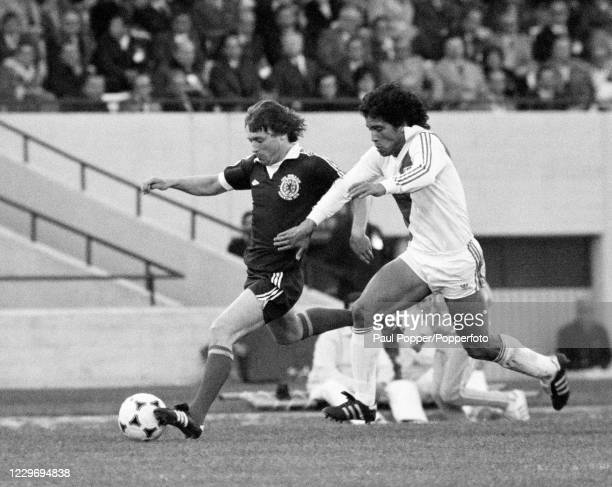 Willie Johnston of Scotland is closed down by Toribio Diaz of Peru during a FIFA World Cup Group 4 match at Chateau Carreras on June 3, 1978 in...