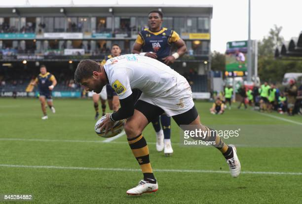 Willie le Roux of Wasps breaks clear to score their second try during the Aviva Premiership match between Worcester Warriors and Wasps at Sixways...