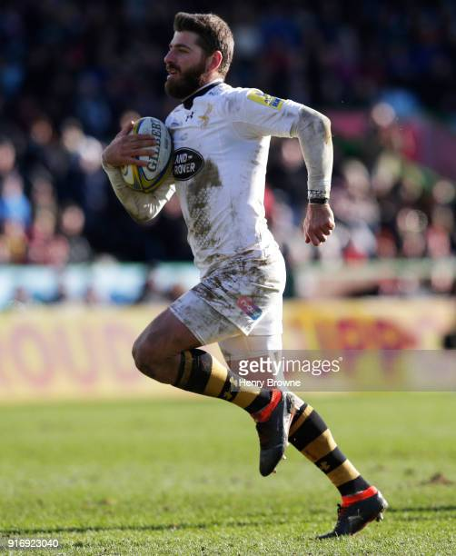 Willie Le Roux of Wasps runs in to score a try during the Aviva Premiership match between Harlequins and Wasps at Twickenham Stoop on February 11...