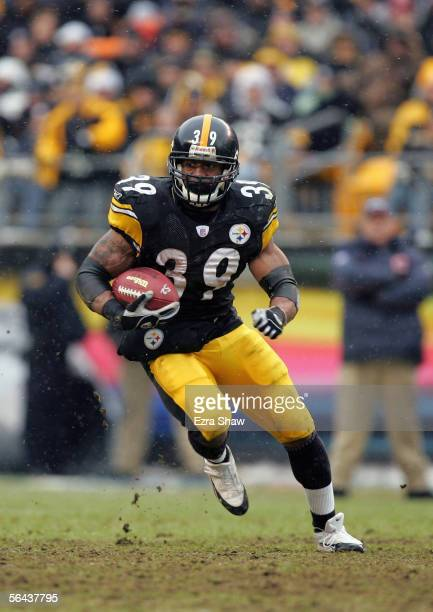 Willie Parker of the Pittsburgh Steelers carries the ball during the NFL game with the Chicago Bears on December 11, 2005 at Heinz Field in...