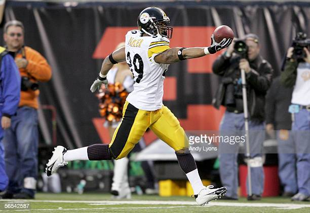 Willie Parker of the Pittsburgh Steelers runs in a 19yard touchdown reception in the second quarter against the Cincinnati Bengals during the AFC...