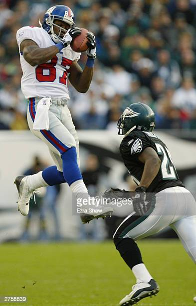 Willie Ponder of the New York Giants catches the pass in the air against Lito Sheppard of the Philadelphia Eagles on November 16, 2003 at Lincoln...