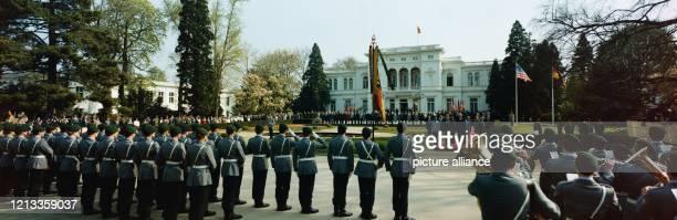 Willkommenszeremonie für US-Präsident Ronald Reagan durch Bundespräsident Richard von Weizsäcker im Mai 1985 vor der Villa Hammerschmidt in Bonn.