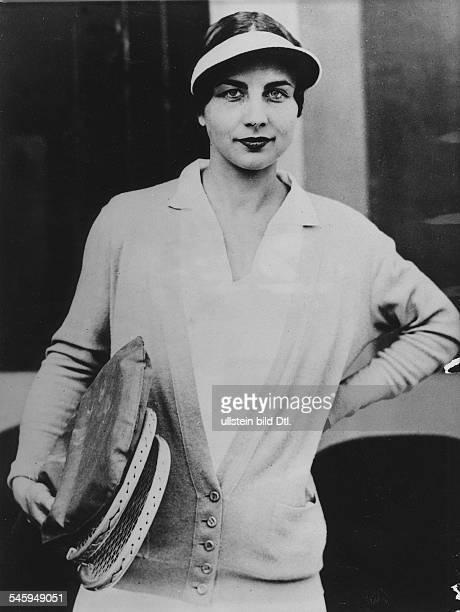 Wills HelenTennispielerin und Zeichnerin USAPortrait im Sportdress mit Tennisschlägern unterdem Armveröffentlicht Die Grüne Post 29/1931