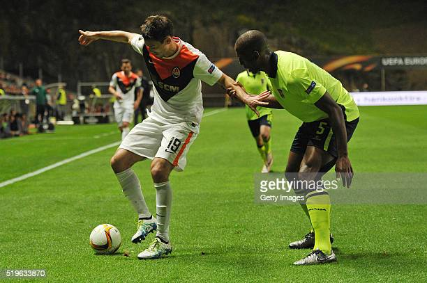 Willy Boly of SC Braga challenges Facundo Ferreyra of Shakhtar Donetsk during the UEFA Europa League Quarter Final first leg match between SC Braga...