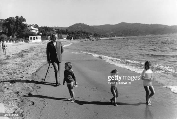 Willy Brandt en vacances sur la plage de la La CroixValmer dans le Var en France le 11 avril 1973