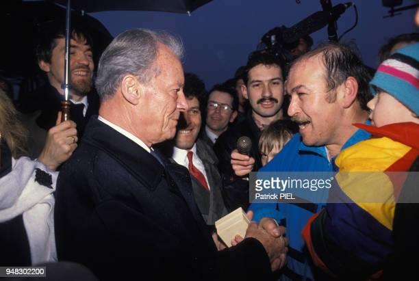 Willy Brandt homme politique allemand rencontre des Polonais sur la ligne OderNeisse le 10 mars 1990