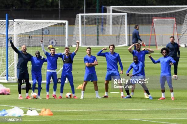 Willy Gaballero NGolo Kante Pedro Jorginho Cesar Azpilicueta Marcos Alonso Antonio Rudiger Olivier Giroud and Willian of Chelsea celebrate winning...