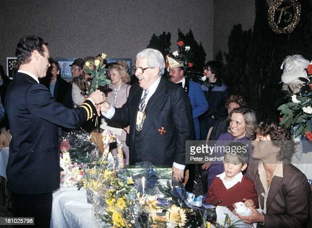 Willy Millowitsch Heidi Mahler 75 Geburtstag von Willy Millowitsch Köln Gratulanten gratulieren Blumen Blumenstrauß Orden Getränk Brille Schauspieler...