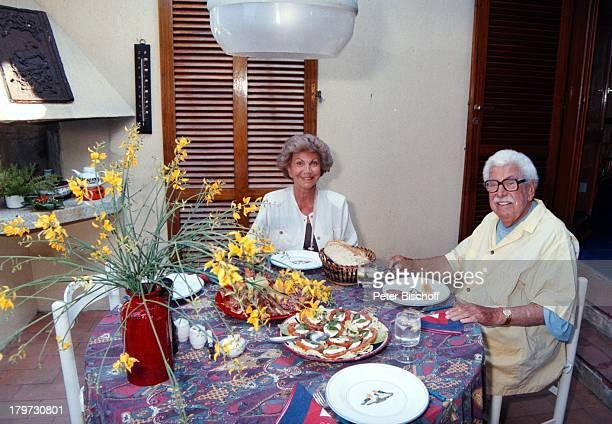 Willy Millowitsch mit Ehefrau Gerda Urlaub Elba/Italien/Europa Frühstück essen Blumen Schauspieler Komiker Promis Prominenter Prominente