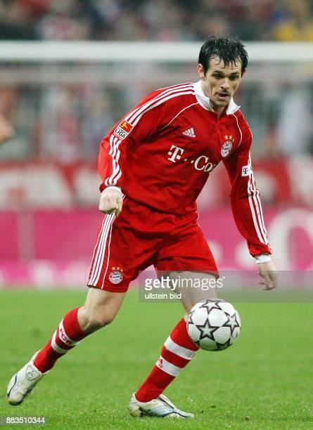 Willy Sagnol Abwehrspieler FC Bayern Muenchen Frankreich in Aktion am Ball