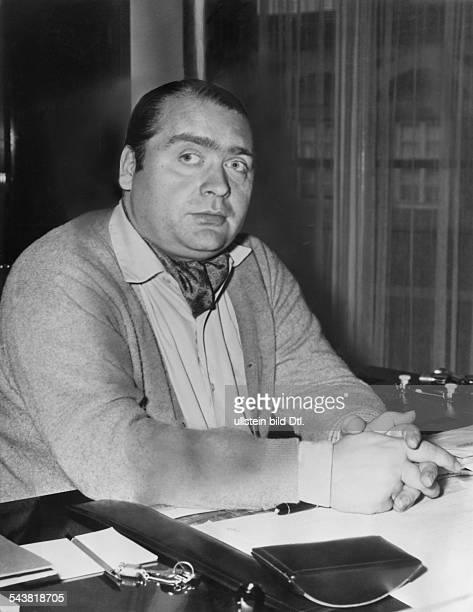 Willy Schlieker, Unternehmer, DeutschlandInhaber der Hamburger Schiffswerft Willy H. Schlieker KG- Porträt am Schreibtisch- 1957