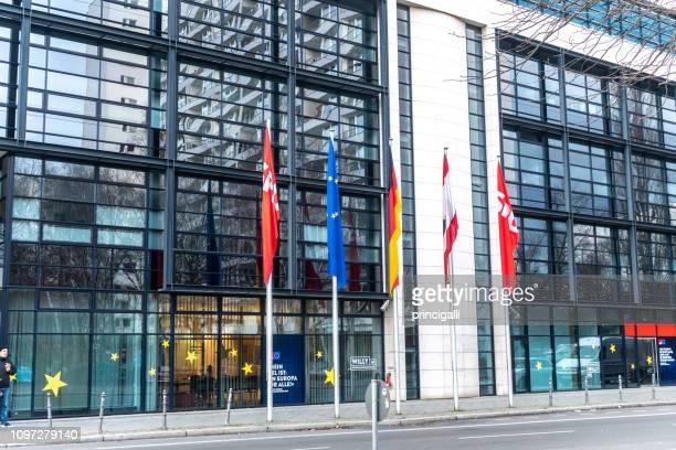 willy-brandt-haus, berlin - demokratie stock-fotos und bilder