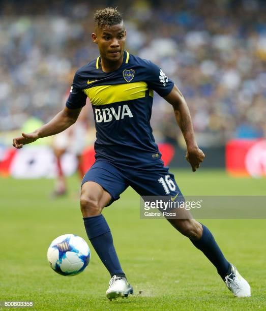 Wilmar Barrios of Boca Juniors drives the ball during a match between Boca Juniors and Union as part of Torneo Primera Division 2016/17 at Alberto J...
