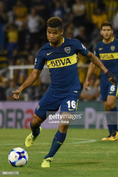 Wilmar Barrios of Boca Juniors drives the ball during a match between Rosario Central and Boca Juniors as part of the Superliga 2017/18 at Estadio...