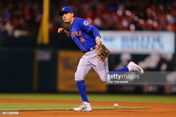 Wilmer Flores of the New York Mets attempts to field a ground ball against the St Louis Cardinals in the third inning at Busch Stadium on April 25...