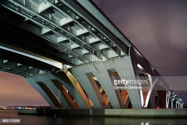 wilson bridge over the potomac river - woodrow wilson bridge stock pictures, royalty-free photos & images