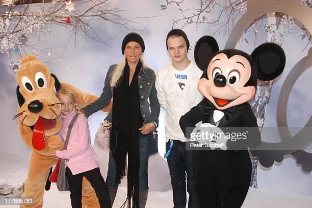 Wilson Gonzales Ochsenknecht Schwester Cheyenne Savannah Mutter Natascha Ochsenknecht Disneymitarbeiter als Micky Maus und Pluto EröffnungsGala...