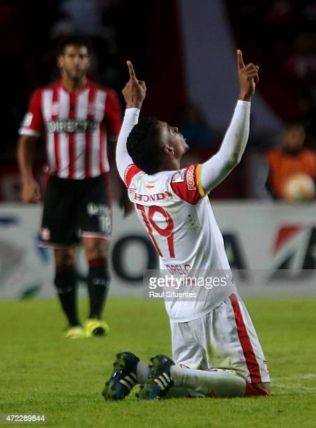 Wilson Morelo of Independiente Santa Fe celebrates the first goal of his team during a first leg match between Estudiantes and Independiente Santa Fe...