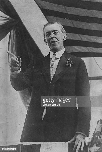 Wilson Thomas Woodrow *28121856 Politician USA 28th President of the US 19131921 giving a speech against the backdropf of the US flag undated...