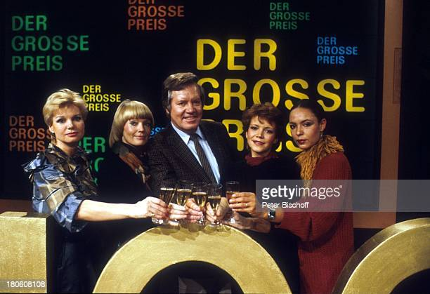 Wim Thoelke und seine 4 Assistentinen Beate Hopf ZDFShow Der große Preis Studio anstossen Sekt Sektglass 100 Sendung