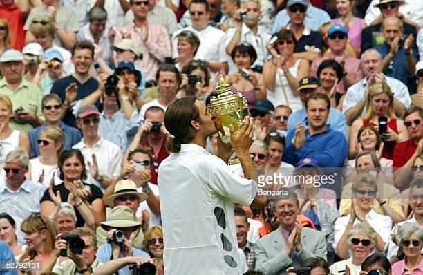 Wimbledon 2003, London; Maenner/Einzel/Finale; Sieger 2003 Roger FEDERER/SUI mit Pokal