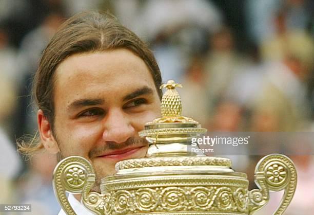 Wimbledon 2003, London; Maenner/Einzel/Finale/Siegerehrung; Sieger 2003 Roger FEDERER/SUI mit Pokal