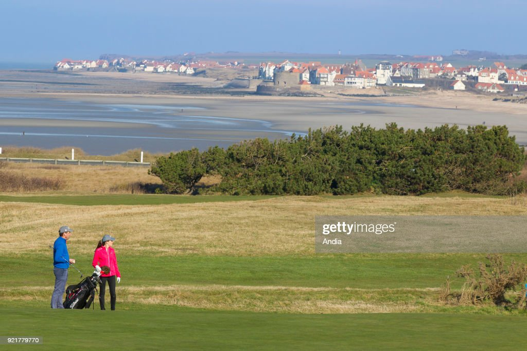 couple on the golf course, with the 'cote d'Opale' coast in the background.