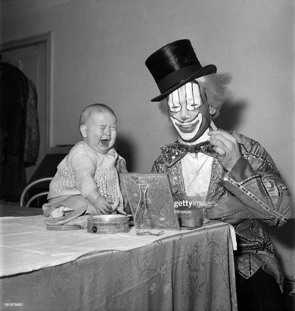 Wimpey the clown seen here with his baby daughter Rosalind. December 1947 O10773 : News Photo