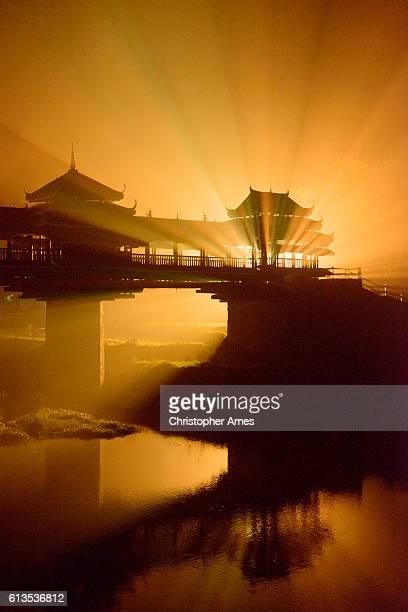 pont du vent et de la pluie de cheng yang de sanjiang - province du guizhou photos et images de collection