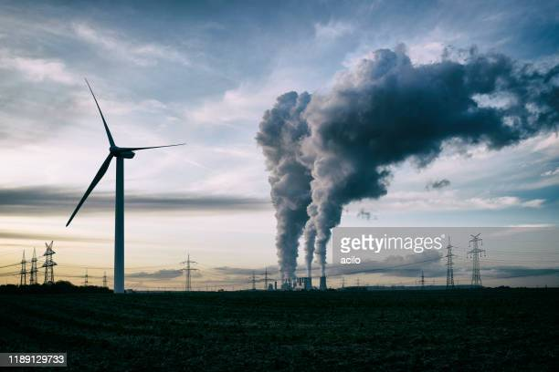 wind energy versus coal fired power plant - inquinamento foto e immagini stock