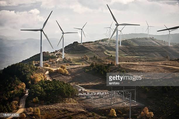 vento e fazenda de uma subestação elétrica. - energia aeólica - fotografias e filmes do acervo