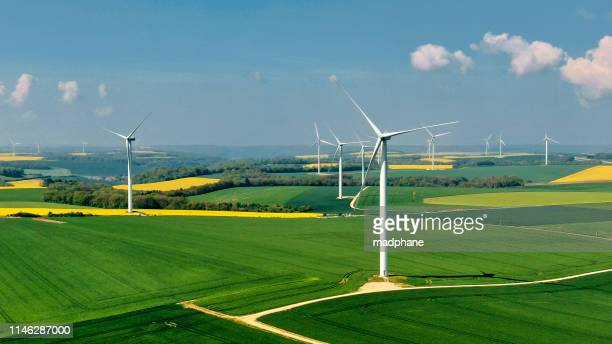 parco eolico in francia - francia foto e immagini stock