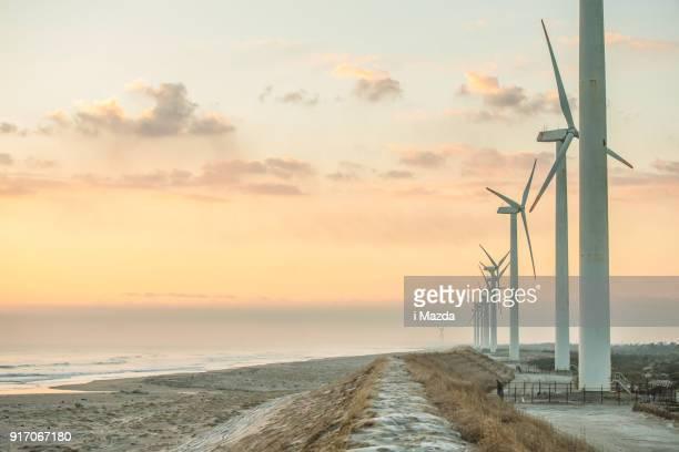 geração de energia eólica e estrada. - energia aeólica - fotografias e filmes do acervo