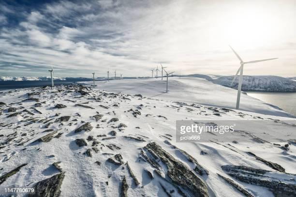 wind energie duurzame bron in het noordpoolgebied - natuurgeweld stockfoto's en -beelden