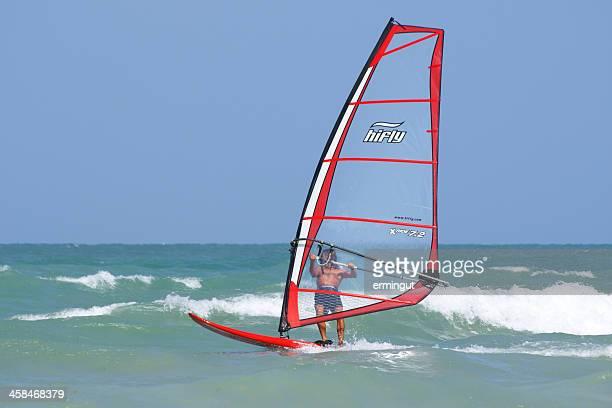 Wind-surfer auf unebenem Meer