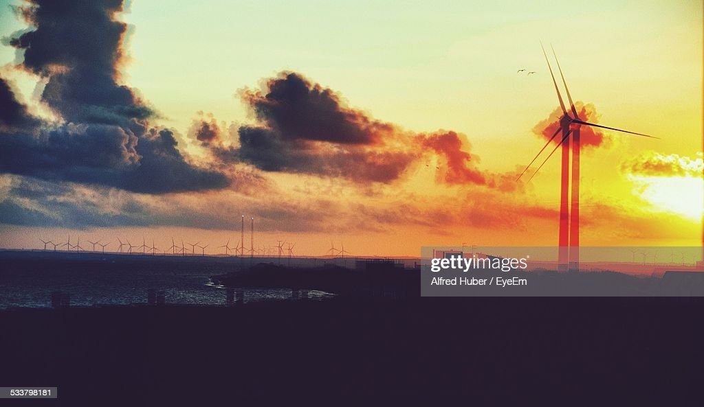 Wind Turbine Against Cloudy Sky During Sunset : Foto stock
