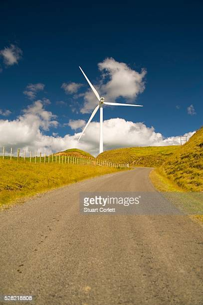 a wind turbine along the side of the road - パーマーストンノース ストックフォトと画像